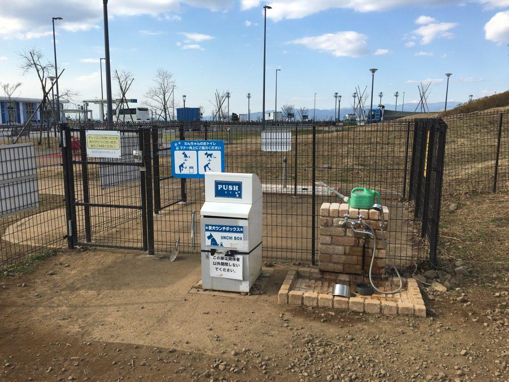 足洗い場兼水飲み場とペット専用ゴミ箱もあります