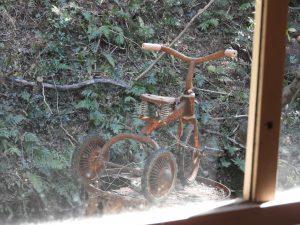 窓の外には三輪車も見える