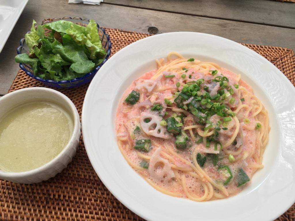 もうひとつはパスタ。さつまいもスープと、パスタは中にレンコンとおくらとみょうがのめんたいこパスタ。