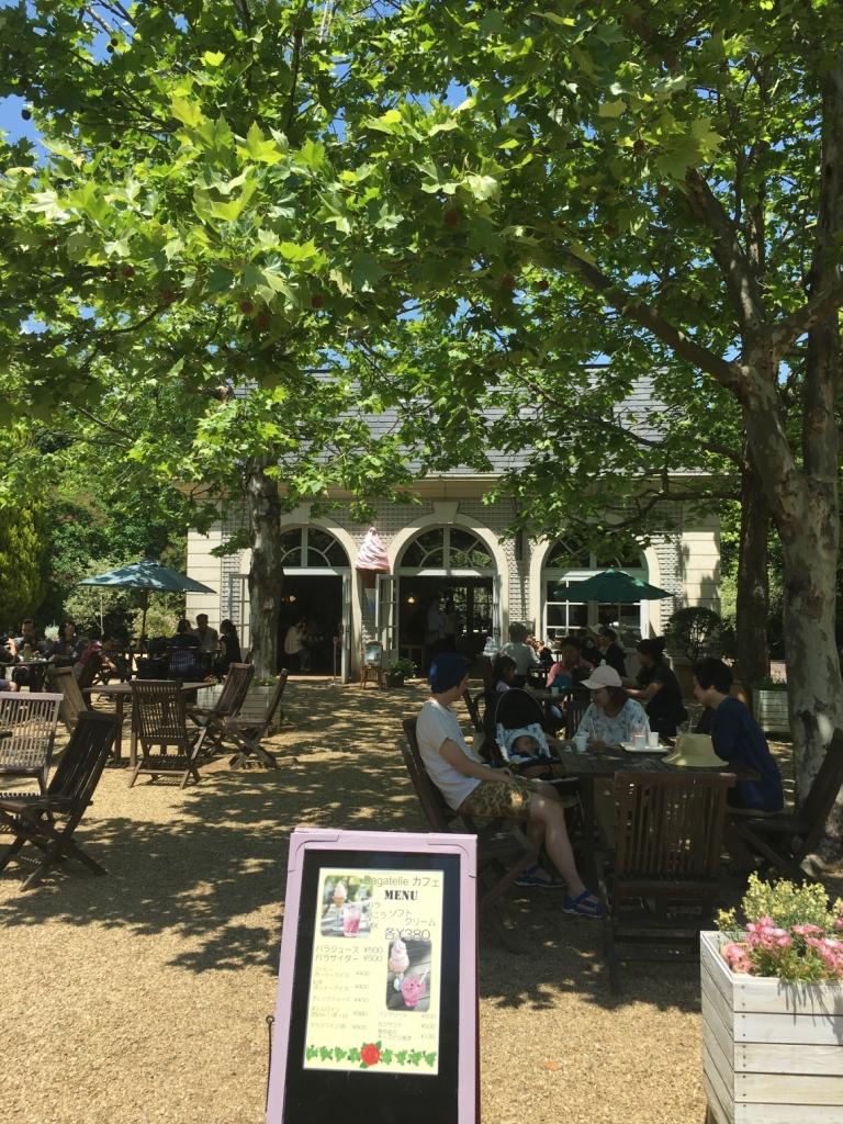 暑いので退散し園内入り口のカフェで飲み物を