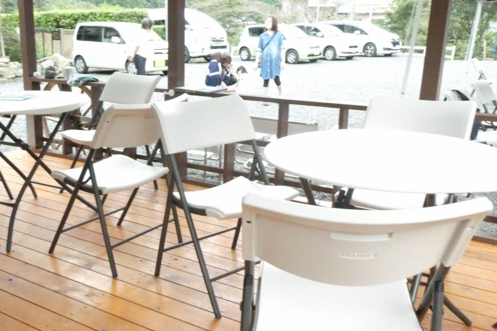 テーブルや椅子がたくさん