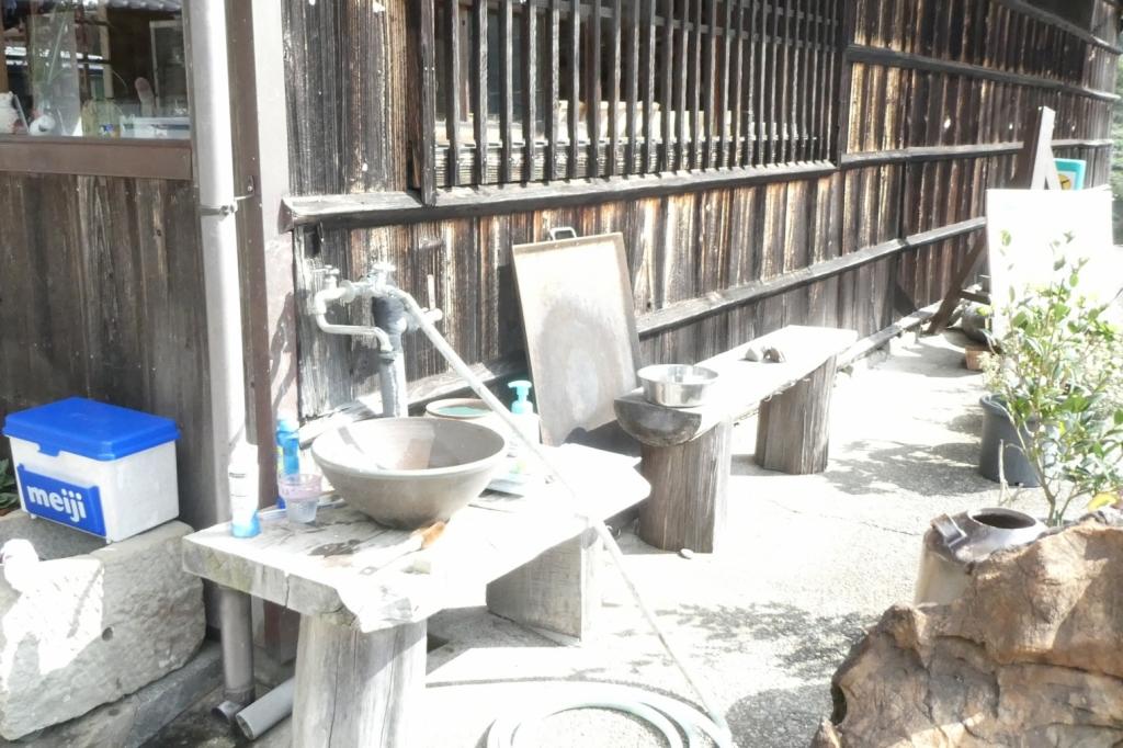 この水洗い場にお水入れがあるので、ここでお水を組んでドッグランに持っていきます