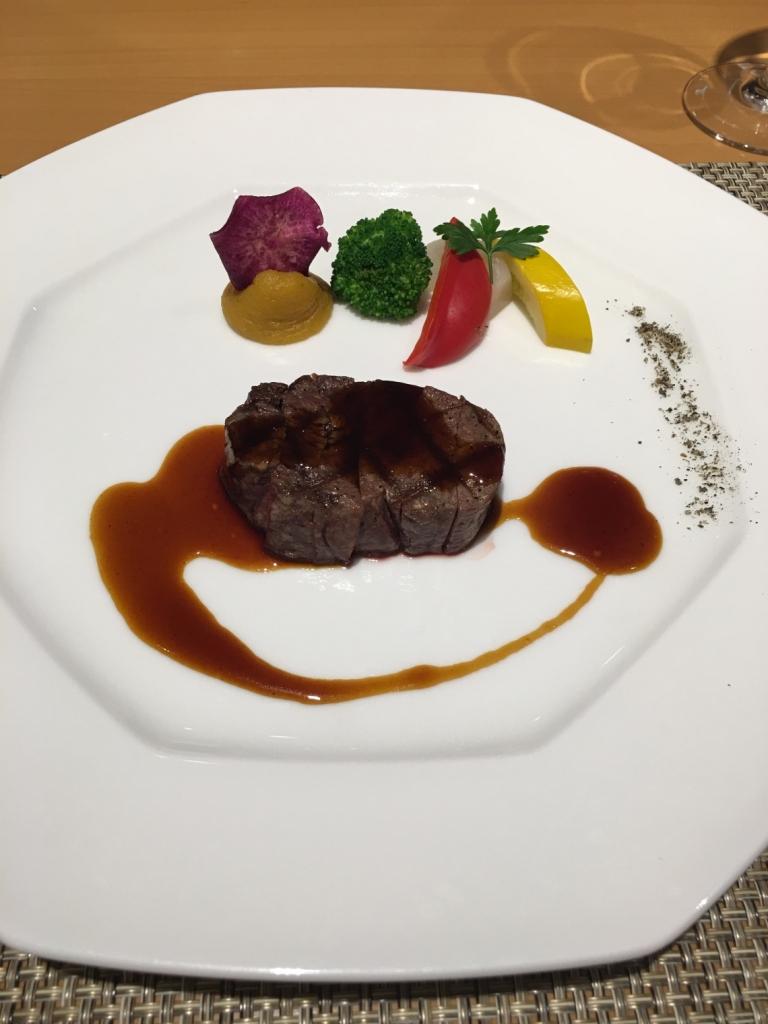 オーストラリア産牛フィレ肉の網焼き マデラ酒のソース 黒胡椒風味