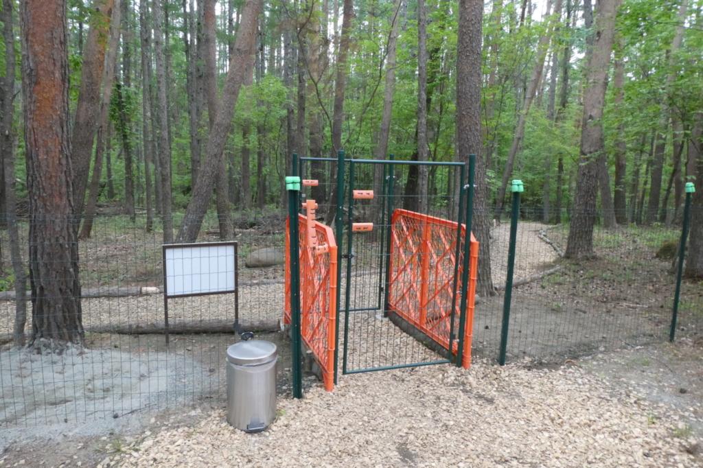 ゲートは二重、うんちボックスもありますよ
