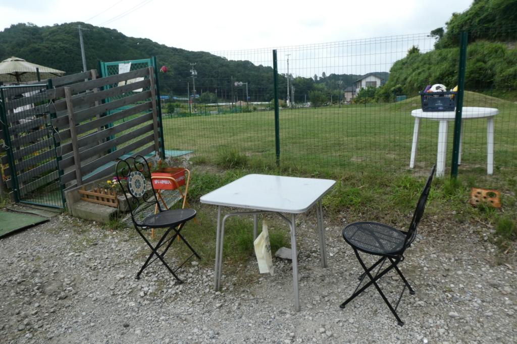 手前にはテーブルと椅子も。