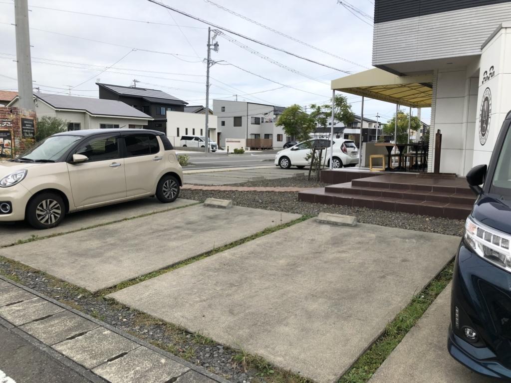 駐車場はお店の周りに10台