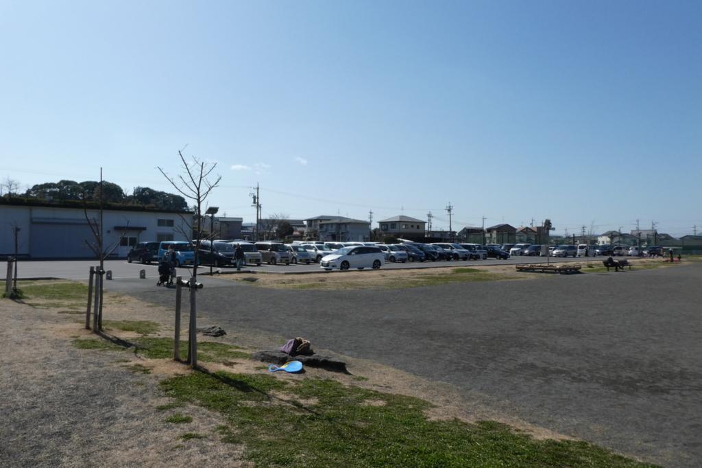 駐車場の前は広いグラウンド